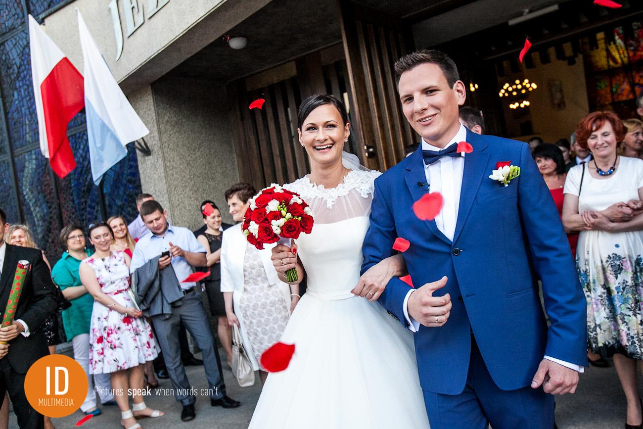 Fotografia ślubna wyjście z kościoła