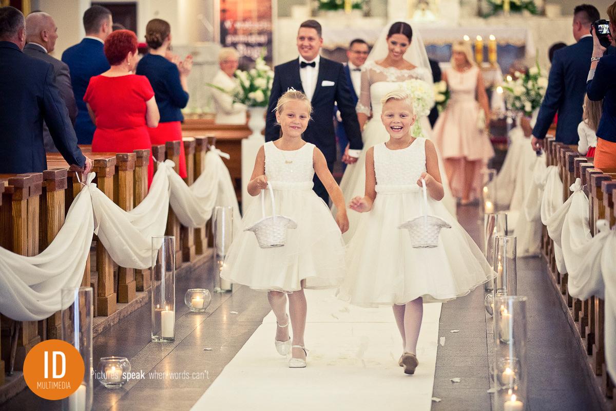 Rzucanie płatków róż zdjęcia ślubne