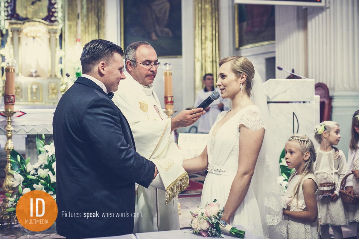 Milena składa przysięgę małżeńską zdjęcia ślubne