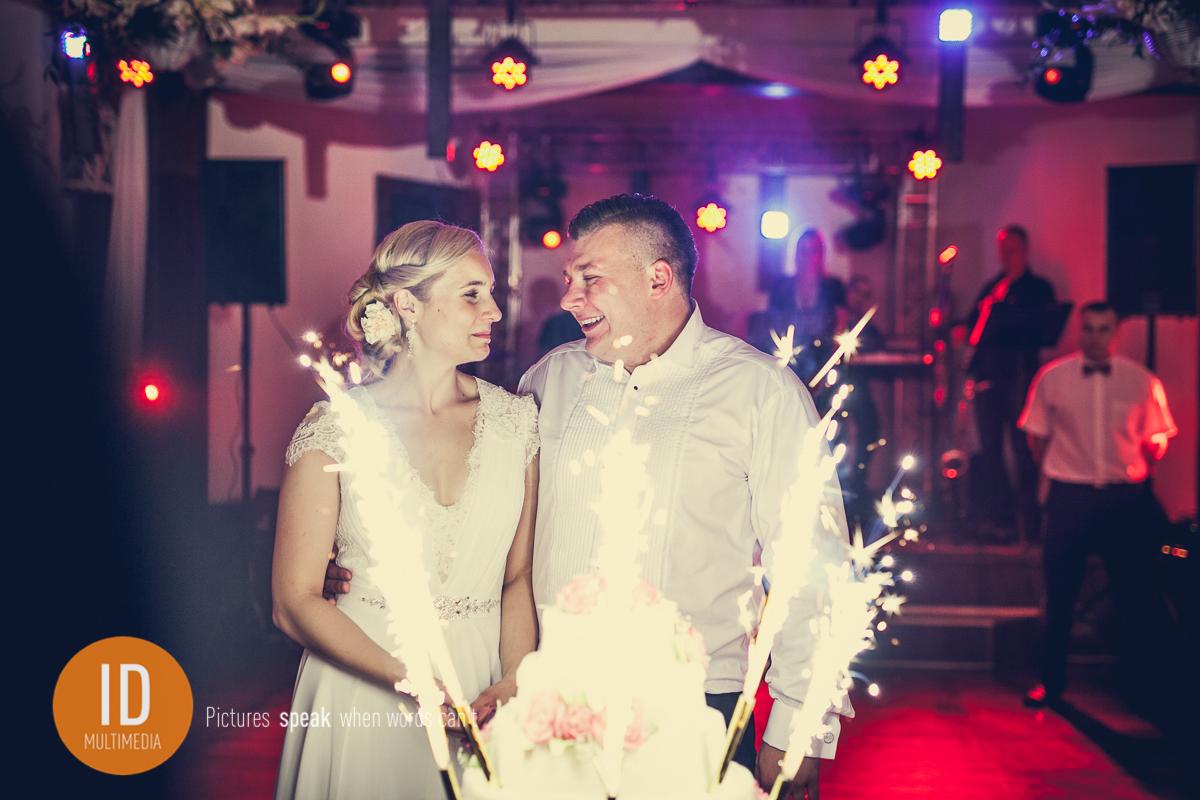 Pozująca Milena z Danielem przy torcie do zdjęć ślubnych