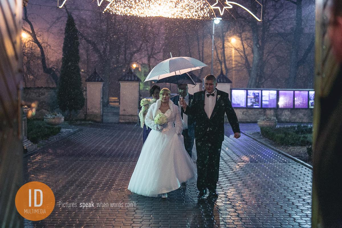 Zimowy ślub w kościele