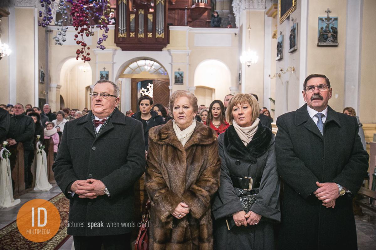 Rodzina Pary Młodej w kościele