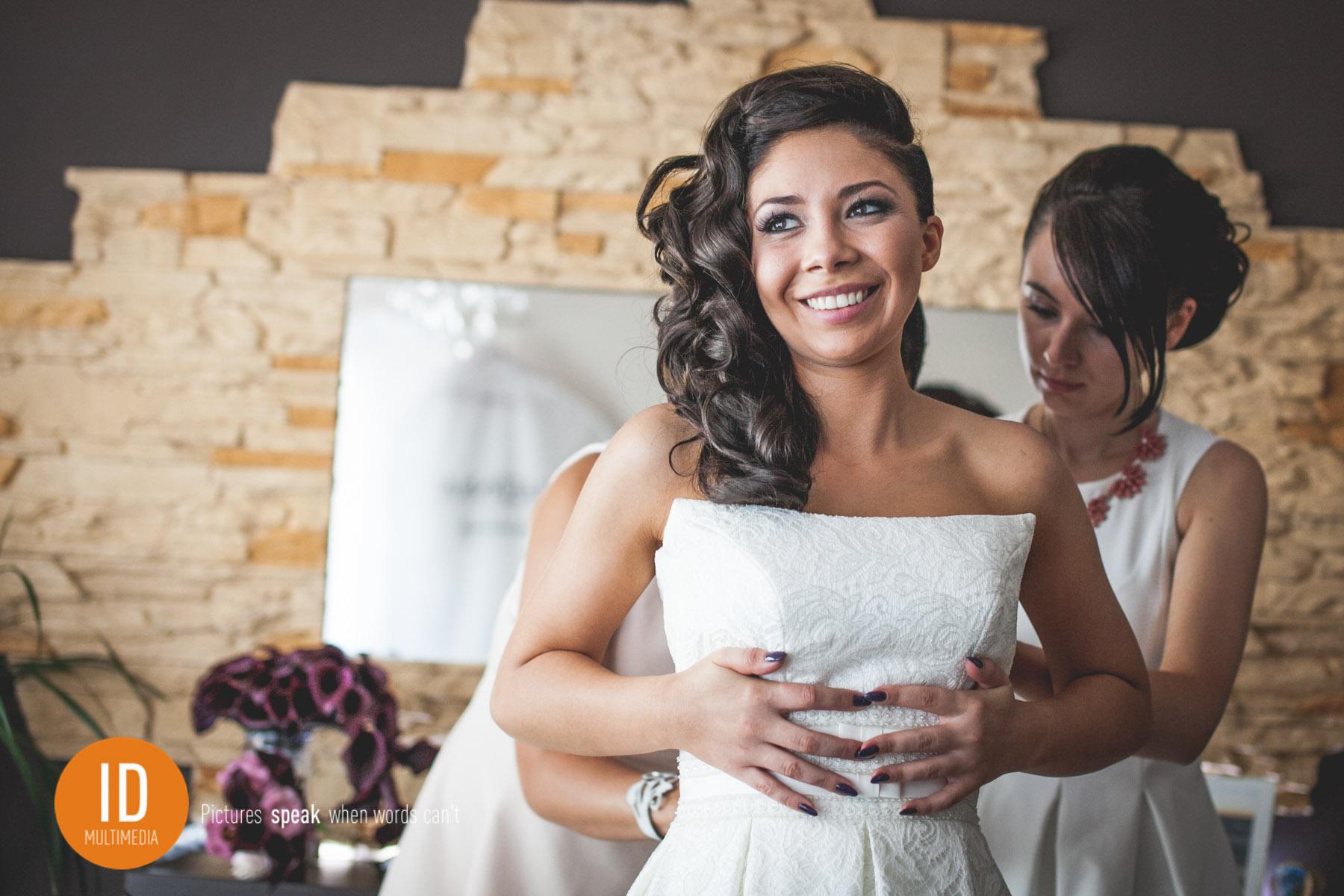 Karolina podczas przygotowań reportaż ślubny IdMultimedia