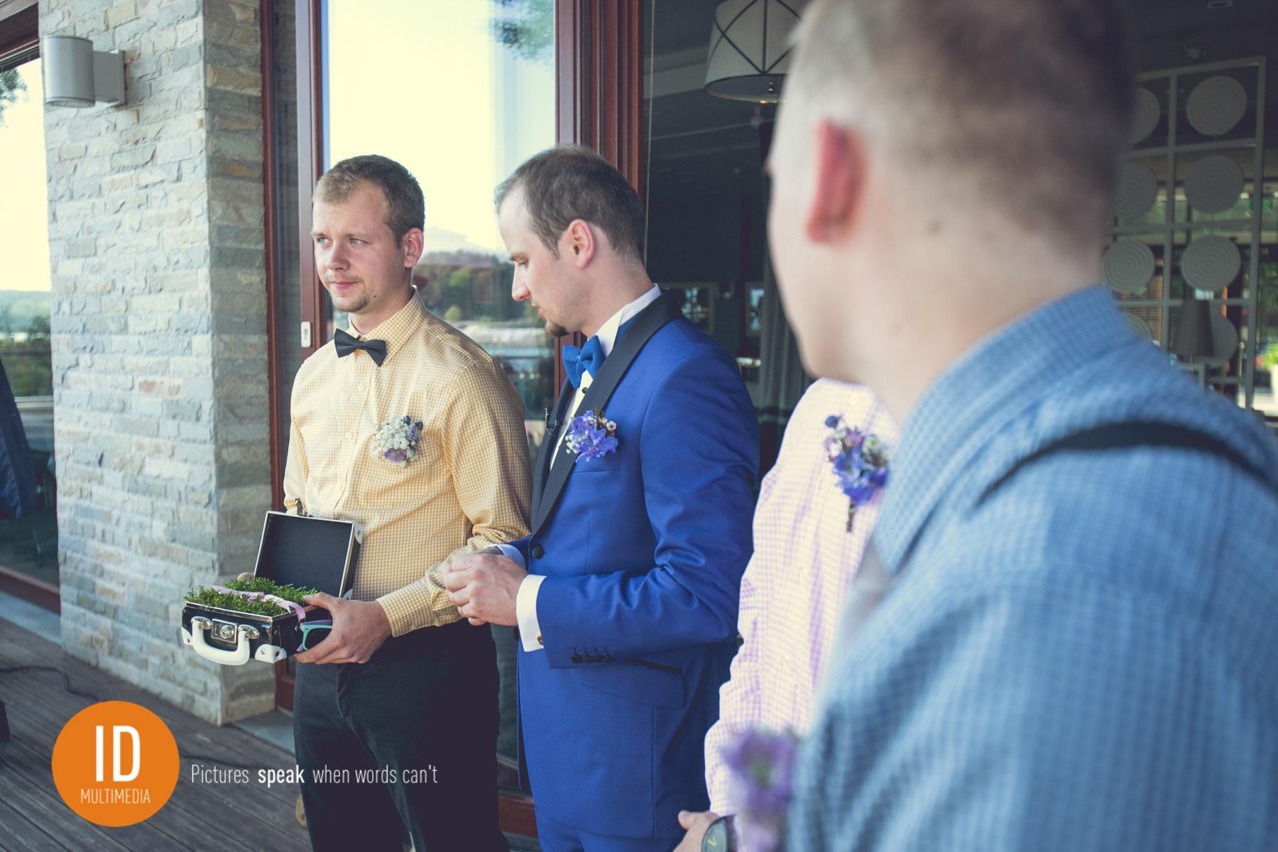 Pan Młody ślub w stylu retro.