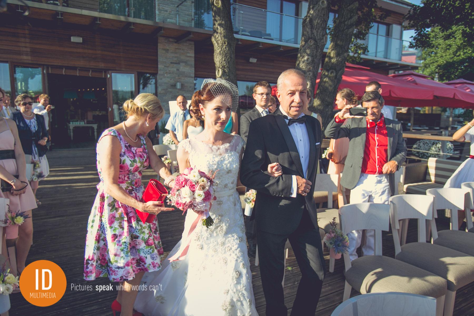 Ołtarz na dworze podczas ślubu retro