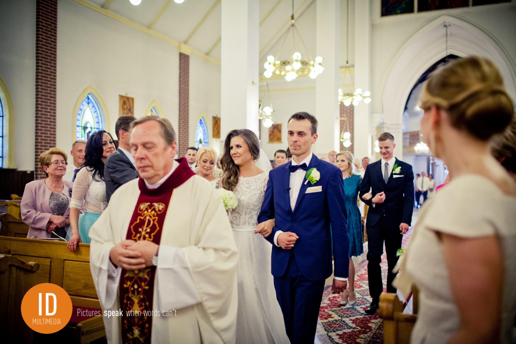 Wejście do kościoła zdjęcia ślubne