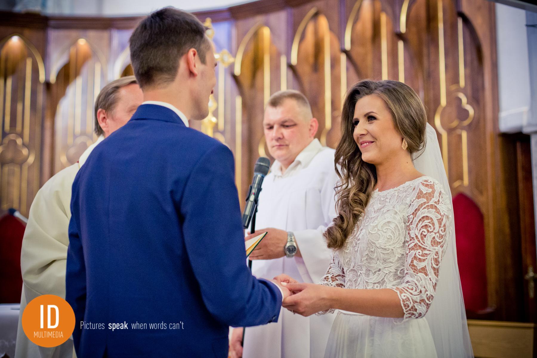 Zakładanie obrączek zdjęcia ślubne IdMultimedia