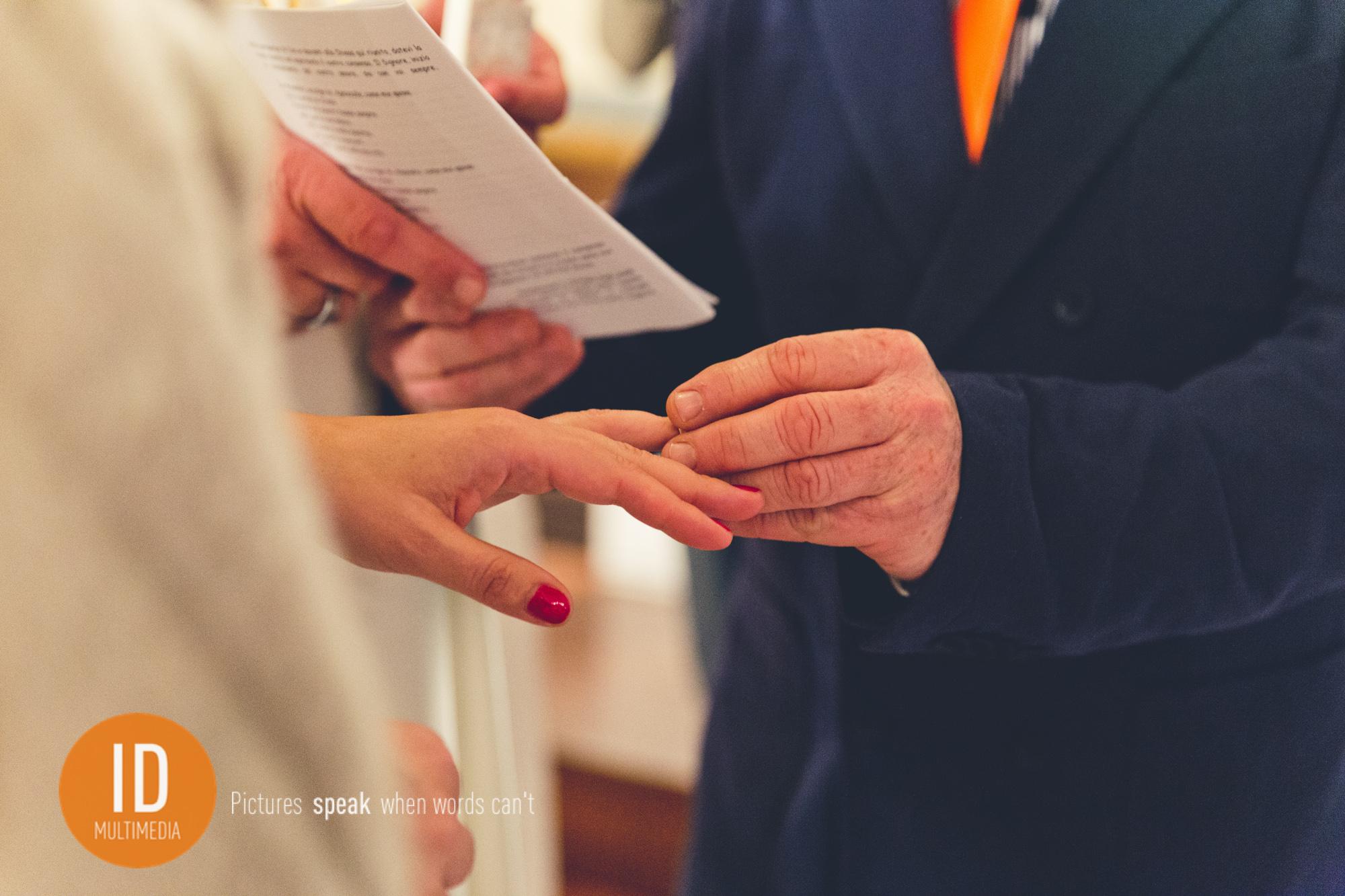 Ślub w Toskanii zakładanie obrączek
