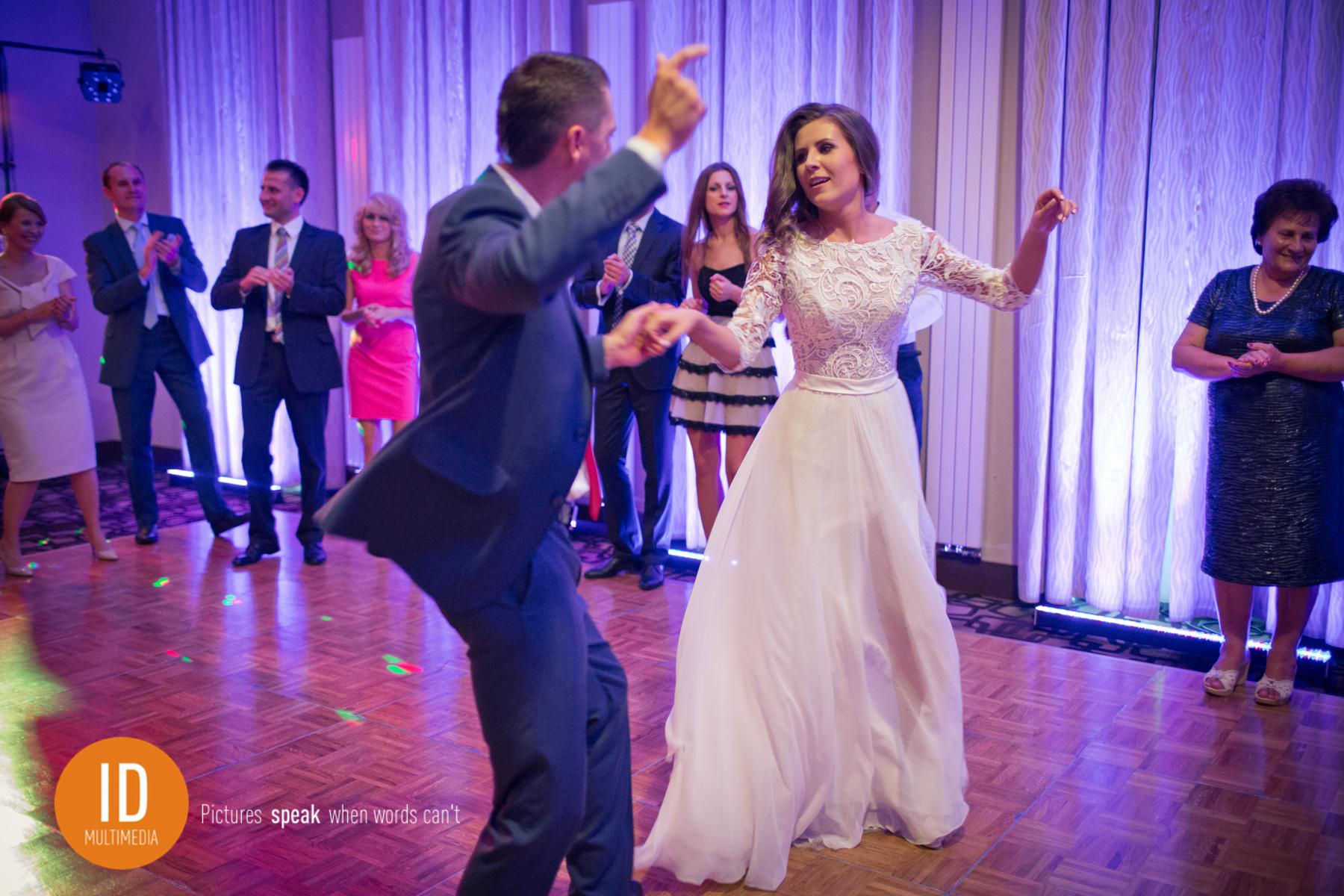 para młoda tańcząca najlepsze zdjęcia ślubne